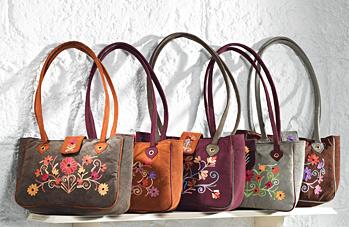Dámská semišová kabelka s květinovou výšivkou